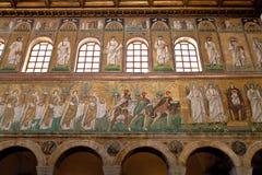 Tre magi erbjuder gåvor till oskulden i Sant Apollinare Nuovo in Arkivbild