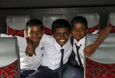 Tre malaysiska skolpojkar i buss royaltyfri foto