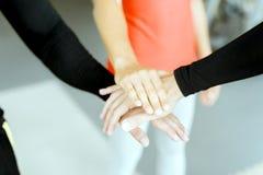 Tre mani che toccano rappresentando lavoro di squadra Immagine Stock