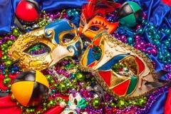 Tre Mardi Gras Masks och pärlor arkivbilder