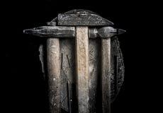 Tre martelli con la maniglia di legno con molte bullette per suole del ferro sul troncone di legno Stile maschio brutale Fotografia Stock Libera da Diritti