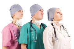 Tre medici che osservano in su fotografia stock libera da diritti