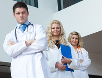 Tre medici in un ospedale fotografia stock