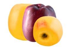 Tre mele isolate su priorità bassa bianca Immagine Stock