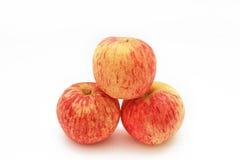 Tre mele rosse con il fondo bianco dell'isolato Fotografia Stock