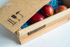 Tre mele rosse rare consegnate per posta Fotografie Stock