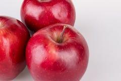 Tre mele rosse su bianco fotografia stock libera da diritti