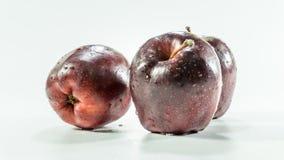 Tre mele rosse su fondo bianco fotografia stock libera da diritti