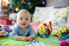 Tre mesi felici del neonato, giocante a casa su una a variopinta Fotografia Stock Libera da Diritti