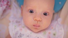 Tre mesi svegli di neonata con i grandi occhi azzurri stock footage