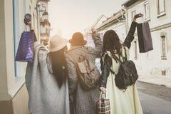 Tre migliori amici che camminano sulla via Giovani femmine migliore franco Fotografia Stock Libera da Diritti