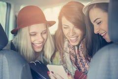 Tre migliori amici che guidano nell'automobile Fotografia Stock