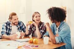 Tre migliori amici che si siedono insieme e che ridono Fotografie Stock Libere da Diritti