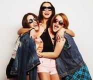 Tre migliori amici sexy alla moda delle ragazze dei pantaloni a vita bassa Fotografie Stock