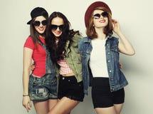 Tre migliori amici sexy alla moda delle ragazze dei pantaloni a vita bassa Fotografie Stock Libere da Diritti