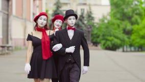 Tre mimi divertenti giocano le scene nella via della città archivi video