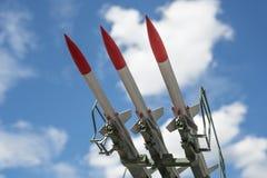 Tre missiler på installationen siktas uppåt arkivfoton