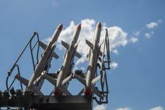Tre missiler på installationen siktas uppåt royaltyfri fotografi