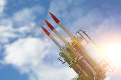 Tre missiler på installationen siktas uppåt massförstörelsevapen missilförsvar arkivbilder