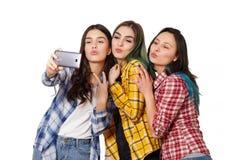 Tre modelli felici delle ragazze fanno il selfie Sorridere Isolato su priorit? bassa bianca fotografia stock libera da diritti