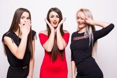 Tre modemodeller i nattklänningar har gyckel på kamera Arkivfoto