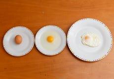 Tre modi osservare un uovo fotografie stock