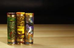 Tre mods meccanici multicolori eterogenei per vaping sigaretta elettronica sulla superficie di legno sulla fine nera del fondo su Fotografie Stock