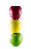 Tre mogna färgrika äpplen som staplas som en trafficlight Arkivbilder