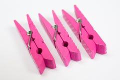 Tre mollette per il bucato rosa con i modelli di divertimento sulla prospettiva V dei lati Immagini Stock