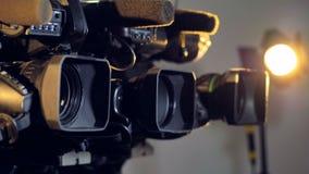 Tre molto attentamente videocamere del grado professionale archivi video