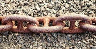 Tre molto Rusty Links di vecchia catena d'ancoraggio di trasporto Immagini Stock
