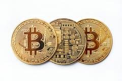 Tre monete di cryptocurrency di Bitcoin si trovano in una fila, voi possono vedere entrambi i lati Primo piano immagine stock libera da diritti