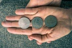 Tre monete tunisine sul woman& x27; palma di s Fotografie Stock