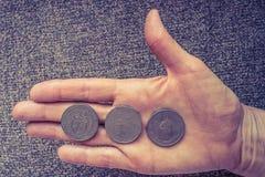 Tre monete tunisine sul woman& x27; palma di s Immagini Stock Libere da Diritti