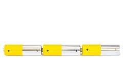 Tre motorförbundetbatterier förbinds i en seriell elektrisk strömkrets på en vit bakgrund med den fäste ihop banan Royaltyfri Bild