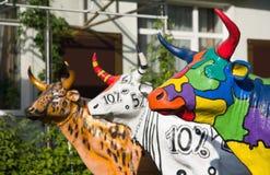Tre mucche di plastica dipinte divertenti Fotografie Stock Libere da Diritti