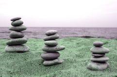 Tre mucchi delle pietre equilibrate Immagini Stock