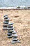 Tre mucchi delle pietre equilibrate Immagine Stock