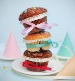 Tre muffin sopra a vicenda hanno legato con i nastri Concetto del partito coni Immagine quadrata per istagram Fotografia Stock