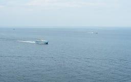 Tre navi che navigano nel mare Fotografia Stock