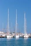 Tre navi di navigazione alte hanno attraccato in porta o in porto spagnola piena di sole Fotografie Stock