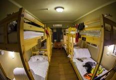Tre-nivå hyr rum sov- sängar inom vandrarhemmet för sex turister eller studenter Arkivbild
