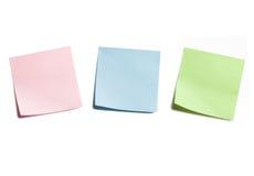 Tre note appiccicose su bianco fotografie stock