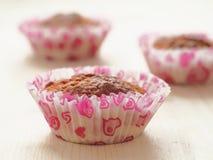 Tre nya muffin på trätabellen hemlagad bakelse Fotografering för Bildbyråer