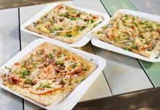 Tre nya pizza på en tabell Royaltyfria Bilder