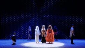 Tre olika flickor sjunger sång tillsammans på etappen i teater lager videofilmer