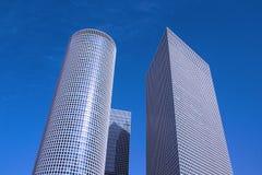 Tre olika formade skyskrapor mot en blå himmel royaltyfri fotografi