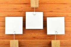Tre olika riktningar för pappers- notesin på träbakgrund Royaltyfria Bilder