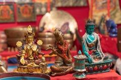 Tre olika statyetter som visar Buddha i etniska mars arkivbild