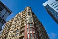 Tre olika stilar i arkitektur, tre närliggande hus Arkivfoton